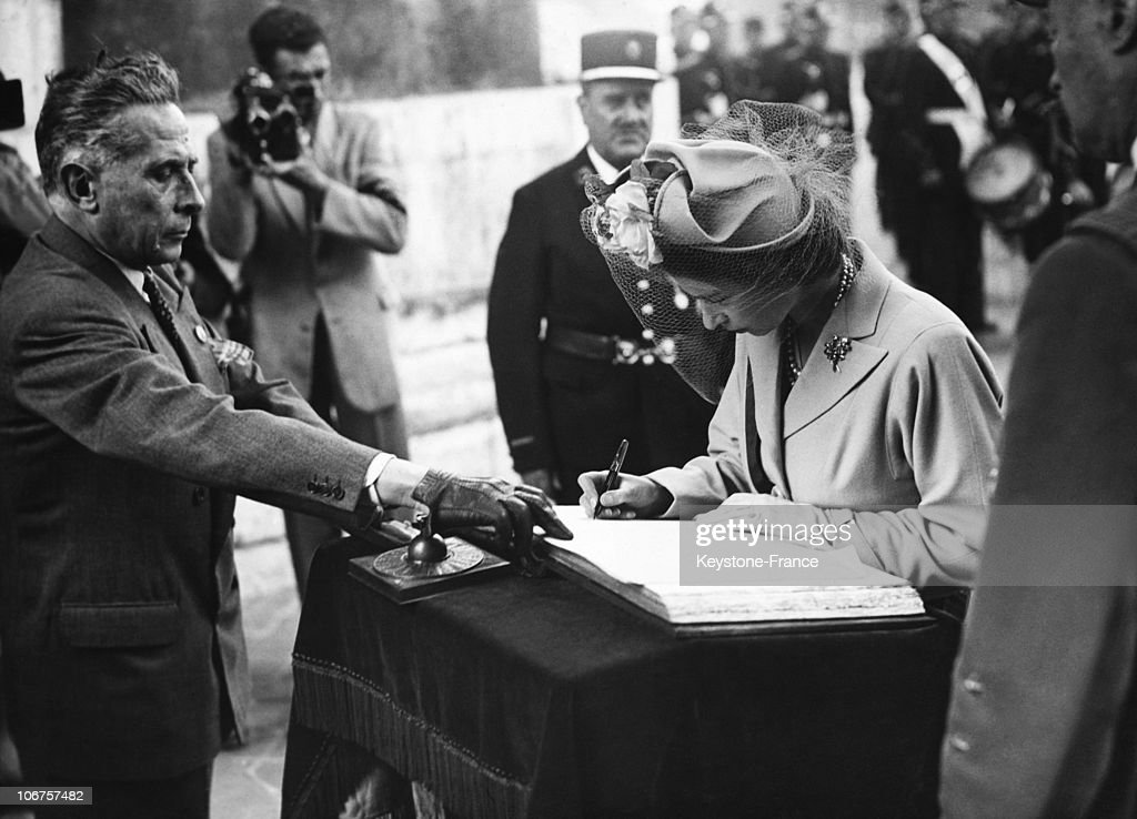 France, Paris, Princess Elizabeth Signing The Golden Book At The Unknown Soldier Tomb In The 1950'S : News Photo