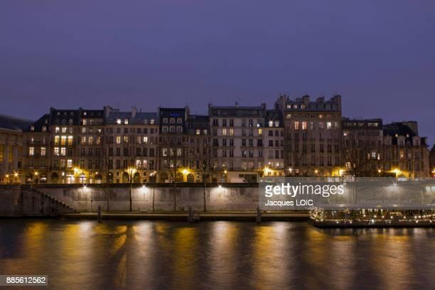 france, paris, quai de lhorloge at night. - quayside stock pictures, royalty-free photos & images
