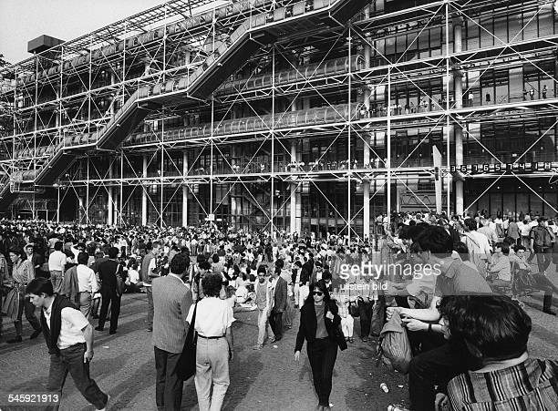 visitors in front of the Centre Georges Pompidou 1988