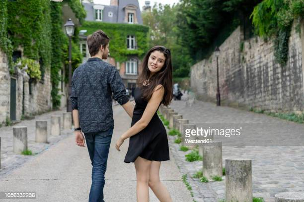 france, paris, young couple in an alley in the district montmartre - casal heterossexual - fotografias e filmes do acervo