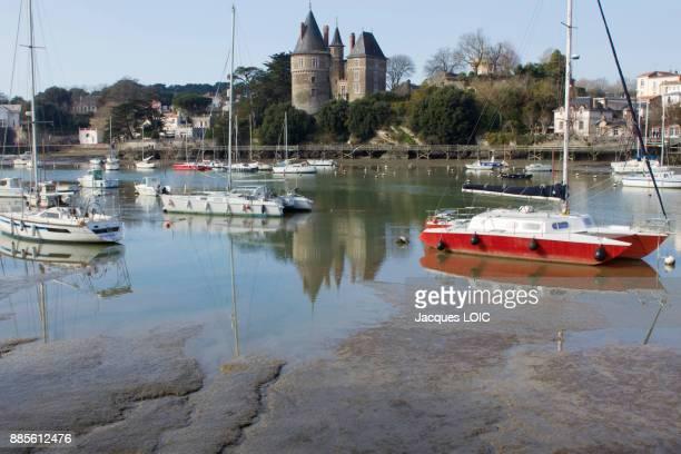 france, pornic, silted harbour. - loire atlantique photos et images de collection
