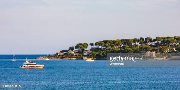 france, provence-alpes-cote d'azur, antibes, peninsula cap d'antibes, motor yachts - アンティーブ ストックフォトと画像