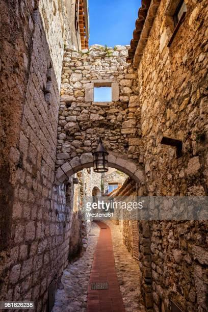 france, provence-alpes-cote d'azur, eze, medieval village, narrow alley and old stone walls - eze village photos et images de collection