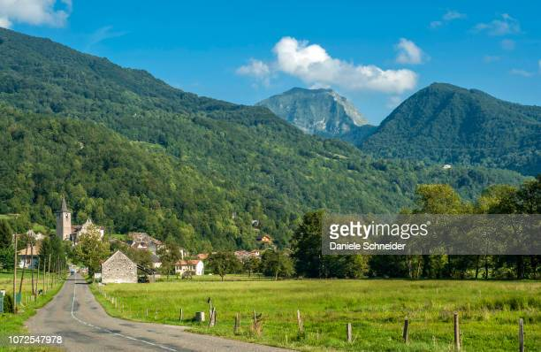 france, pyrenees ariegeoises regional nature park, garbet valley, erce village at the foot of the mountains - アリエージュ ストックフォトと画像