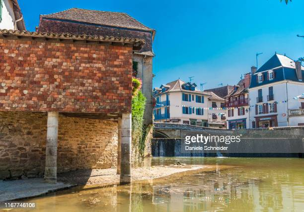 france, pyrenees-atlantiques, salies-de-bearn, houses by the saleys river - ピレネーアトランティーク ストックフォトと画像