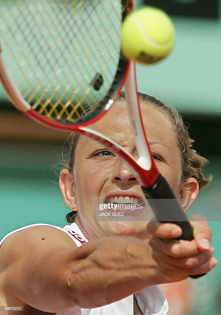 Russian Elena Likhovtseva returns the ball to French Mary Pierce during their semi final match of the tennis French Open at Roland Garros, 02 June 2005 in Paris.