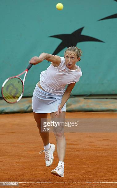 Russian Elena Likhovtseva serves to compatriot Elena Dementieva during their fourth round match of the tennis French Open at Roland Garros, 29 May...