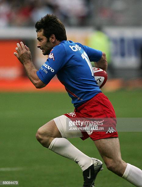 Stade Francais' winger Christophe Dominici breaks away during the French Top 16 rugby final between Stade Francais and Biarritz 11 June 2005 at the...