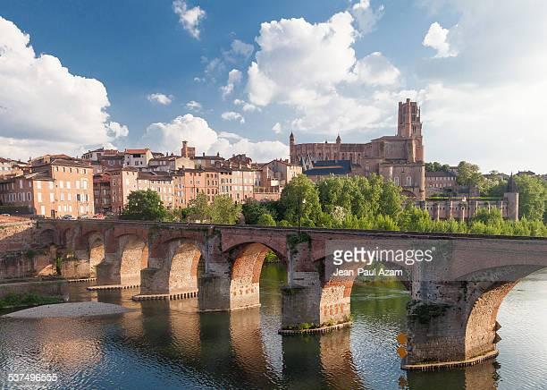 france, tarn, albi, the old bridge over the tarn r - アルビ ストックフォトと画像
