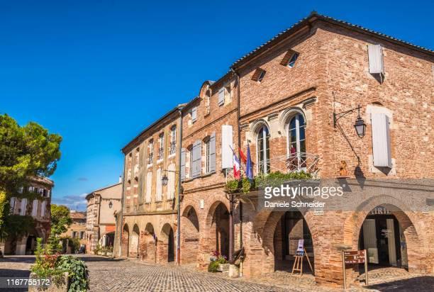 france, tarn-et-garonne, auvillar, city hall place de la halle (17th-18th century) most beautiful village in france (saint james way) - village photos et images de collection