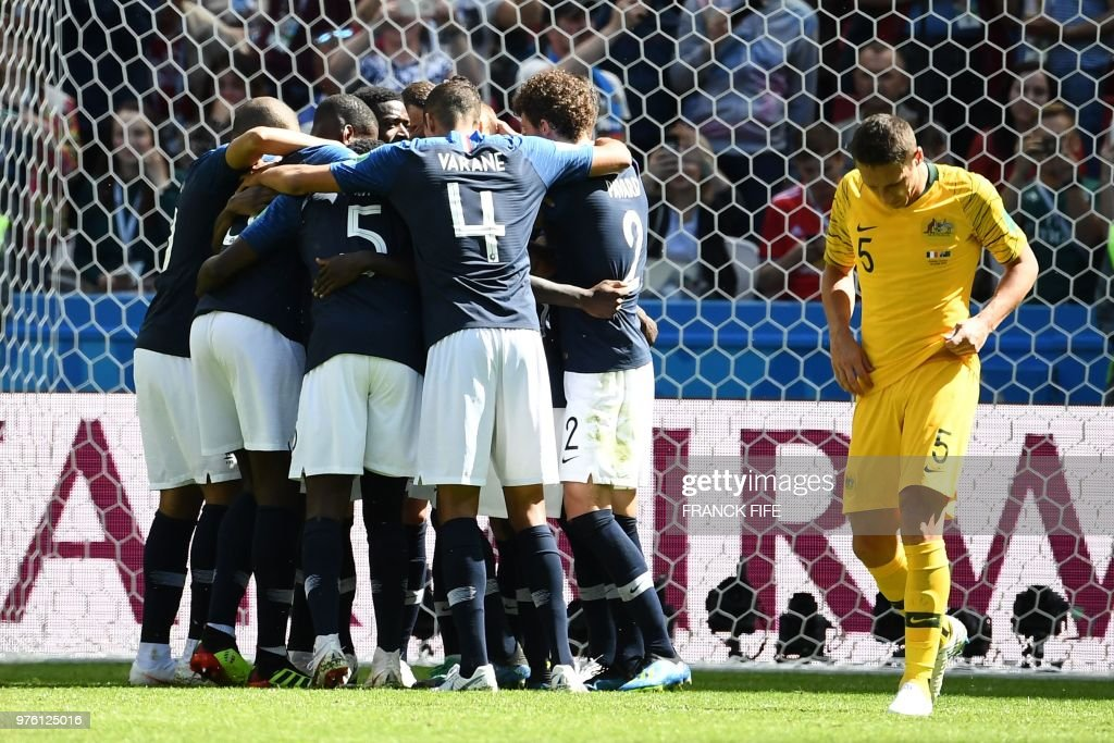 TOPSHOT - France team celebrate a goal after shooting a penalty kick during the Russia 2018 World Cup Group C football match between France and Australia at the Kazan Arena in Kazan on June 16, 2018. (Photo by FRANCK FIFE / AFP) / RESTRICTED