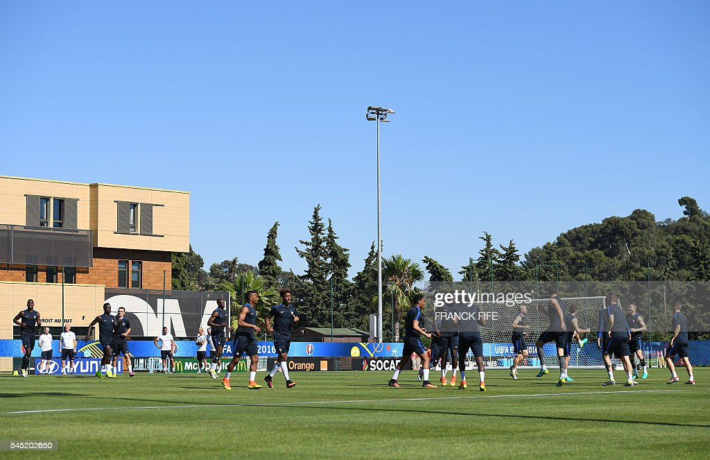 France team players attend a training session in the southern French city of Marseille on July 6, 2016 on the eve of their Euro 2016 Semi-Final match against Germany. France coach Didier Deschamps has called on Les Bleus to go on the attack to end a 58-year wait to beat Germany in a major tournament and book a spot in the Euro 2016 final. / AFP / FRANCK