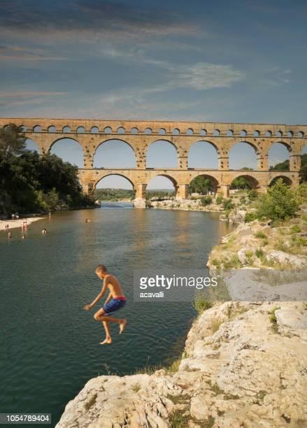 frankrijk. de pont du gard-aquaduct. - pont du gard stockfoto's en -beelden