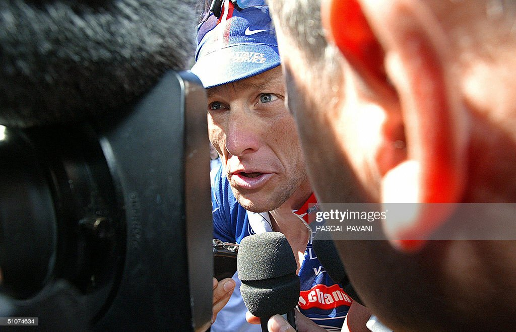 US Lance Armstrong (US Postal/USA) answe : News Photo