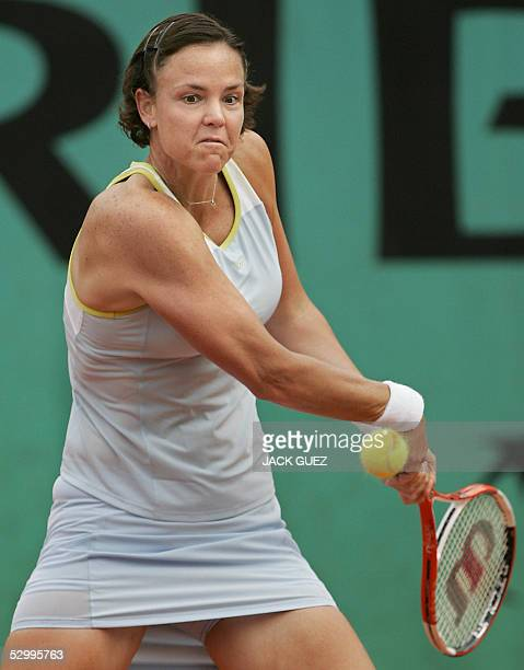 US Lindsay Davenport returns the ball to Belgium Kim Clijsters during their fourth round match of the tennis French Open at Roland Garros 29 May 2005...