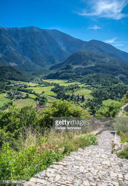 france, vaucluse, mont ventoux and cobbled stairs of the perched village of brantes - モンヴァントゥー ストックフォトと画像