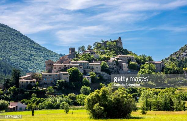 france, vaucluse, perched village of brantes overlooked by the vestiges of its medieval castle - モンヴァントゥー ストックフォトと画像