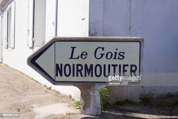 france, vendee, indicator panel le gois, passable road. - noirmoutier photos et images de collection
