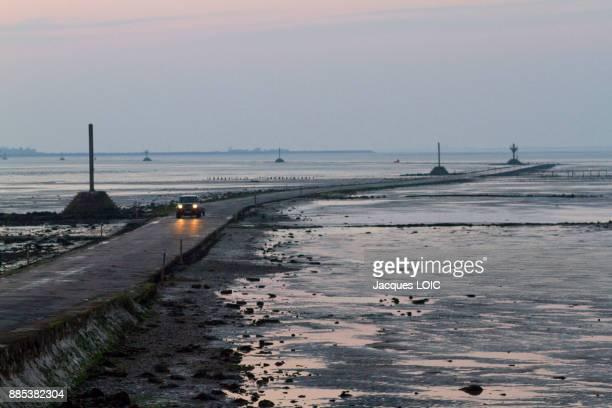 france, vendee, le passage du gois, submersible road, leading t ohe island of noirmoutier. - noirmoutier photos et images de collection