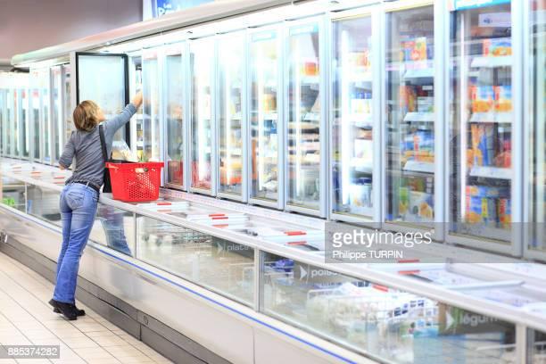 france, woman in a supermarket. - congelado imagens e fotografias de stock