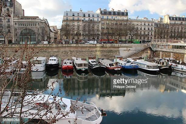 france,paris, 4th district, boats on dock - bastille photos et images de collection