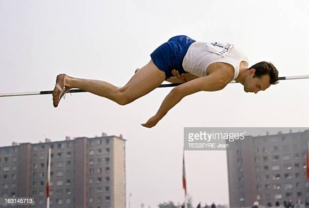 FranceRussian Athletics Championships In Colombes With Michel Jazy En France sur le stade de Colombes le champion russe de saut en hauteur Valeriy...