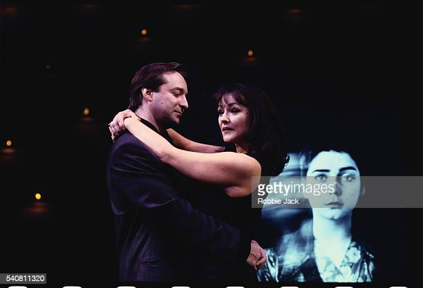 frances barber and neil pearson in the play closer - frances barber stock pictures, royalty-free photos & images