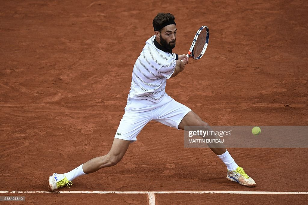 TOPSHOT - France's Benoit Paire returns the ball to Moldova's Radu Albot during their men's first round match at the Roland Garros 2016 French Tennis Open in Paris on May 22, 2016. / AFP / MARTIN