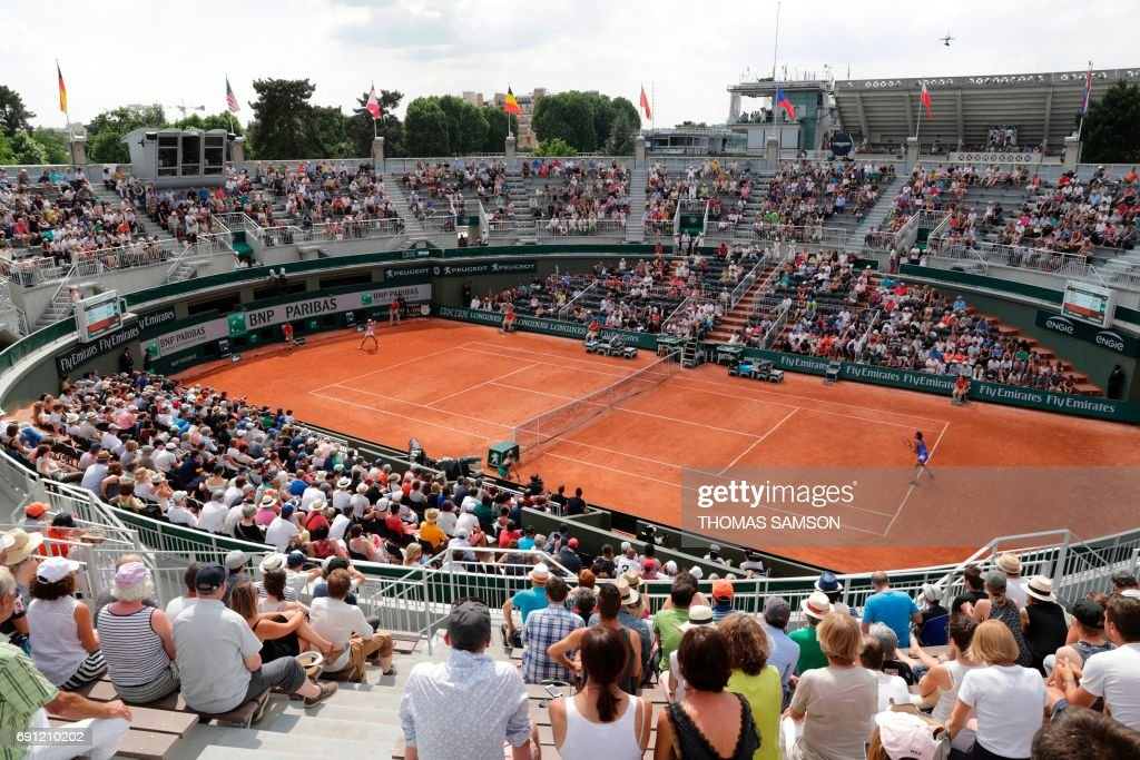 France's Caroline Garcia plays against France's Chloe Paquet during their tennis match at the Roland Garros 2017 French Open on June 1, 2017 in Paris. / AFP PHOTO / Thomas Samson