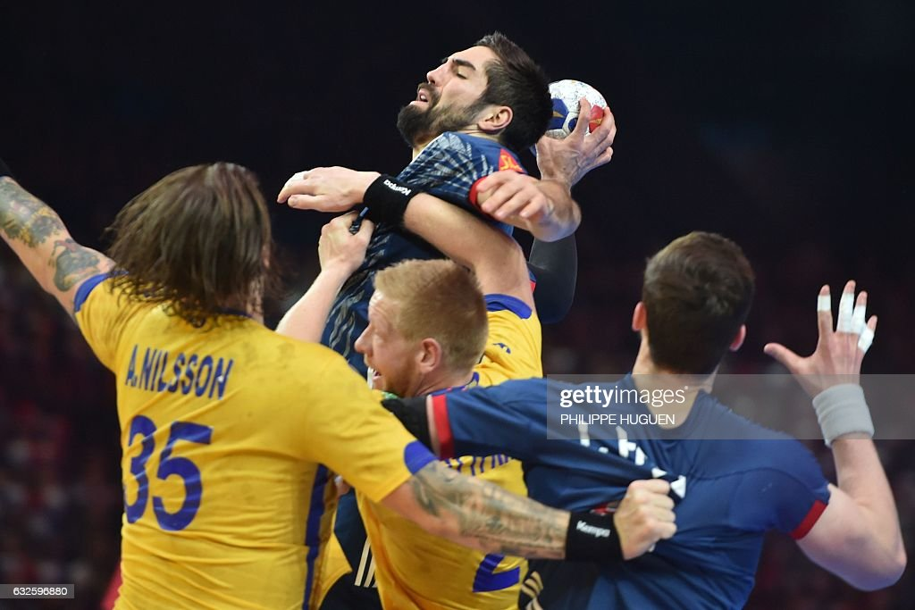 TOPSHOT - France's centre back Nikola Karabatic (up) jumps to shoot on goal during the 25th IHF Men's World Championship 2017 quarter final handball match France vs Sweden on January 24, 2017 at the Pierre-Mauroy stadium in Villeneuve d'Ascq. / AFP / Philippe HUGUEN
