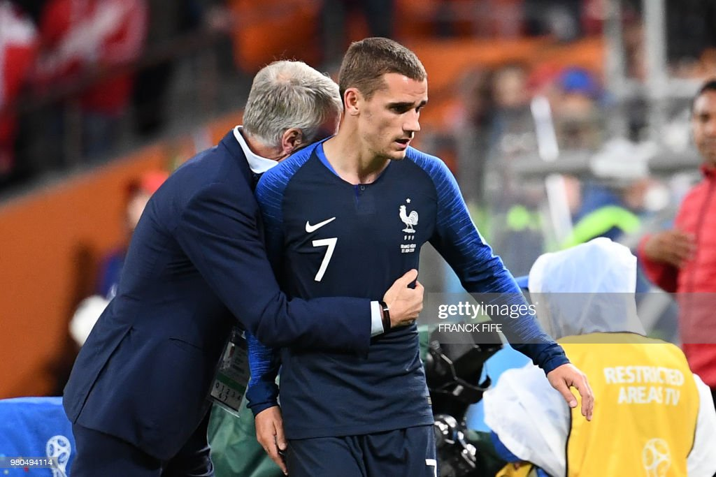 TOPSHOT - France's coach Didier Deschamps (L) hughs France's forward Antoine Griezmann (R) as he leaves the football pitch during the Russia 2018 World Cup Group C football match between France and Peru at the Ekaterinburg Arena in Ekaterinburg on June 21, 2018. (Photo by FRANCK FIFE / AFP) / RESTRICTED