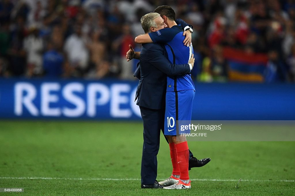 TOPSHOT - France's coach Didier Deschamps hugs France's forward Andre-Pierre Gignac after beating Germany 2-0 in the Euro 2016 semi-final football match between Germany and France at the Stade Velodrome in Marseille on July 7, 2016. France will face Portugal in the Euro 2016 finals on July 10, 2016. / AFP / FRANCK