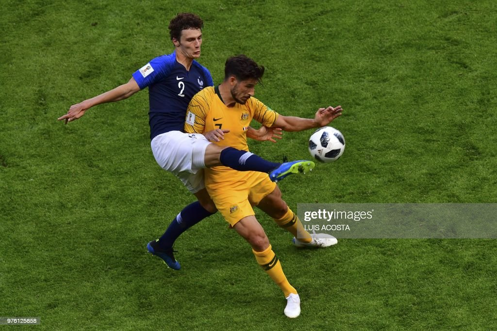 TOPSHOT - France's defender Benjamin Pavard (L) marks Australia's forward Mathew Leckie during the Russia 2018 World Cup Group C football match between France and Australia at the Kazan Arena in Kazan on June 16, 2018. (Photo by Luis Acosta / AFP) / RESTRICTED