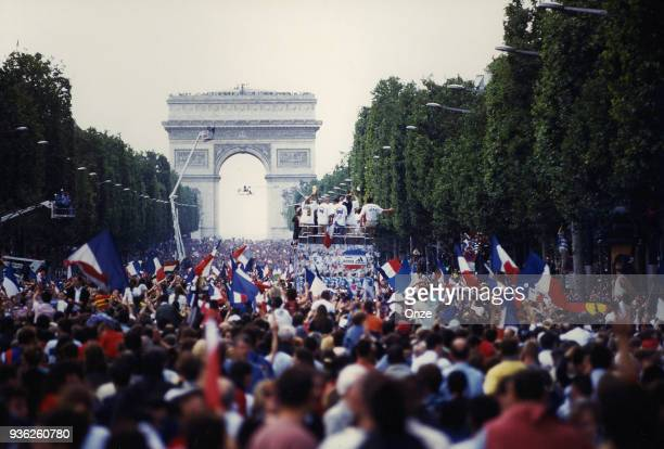 France's Fans celebrate the French team who wins the World Cup against Brazil on July 13 1998 in Champs Elysee Paris France Pierre Minier / Onze /...