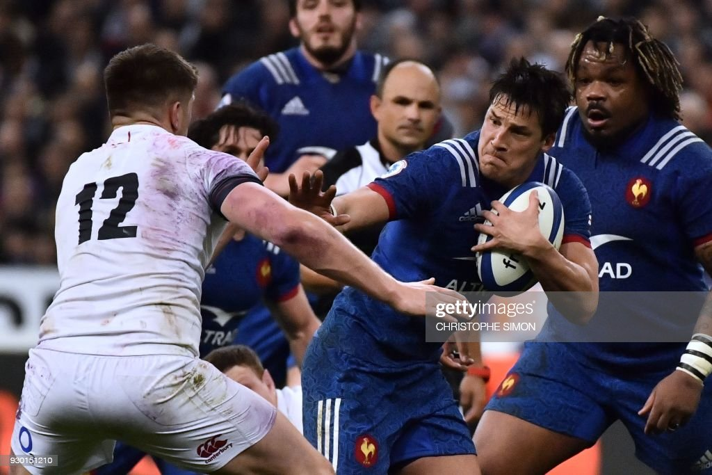 TOPSHOT - France's fly-half Francois Trinh-Duc (R) runs to evade England's centre Owen Farrell (L) during the Six Nations international rugby union match between France and England at the Stade de France in Saint-Denis, north of Paris, on March 10, 2018. SIMON