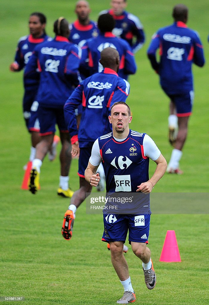 France's football national team forward Franck Ribery (C) is taking part in a team training session ahead of the 2010 FIFA World Cup on June 6, 2010 in Knysna.