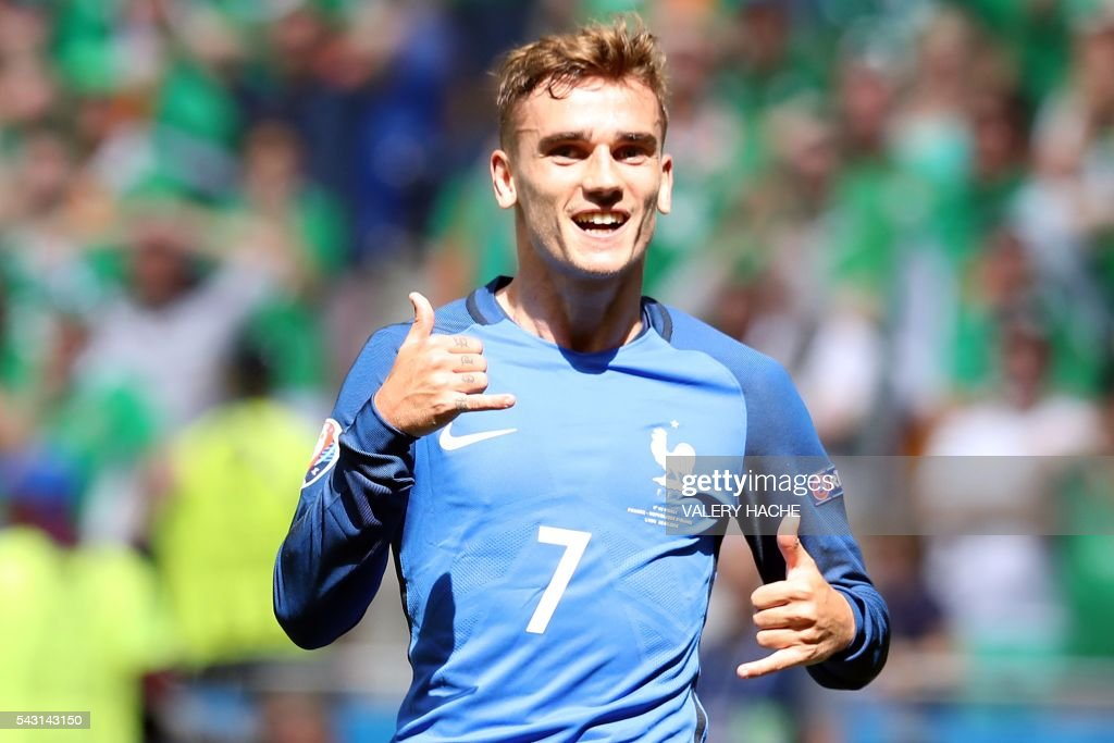 TOPSHOT - France's forward Antoine Griezmann celebrates after scoring a goal during the Euro 2016 round of 16 football match between France and Republic of Ireland at the Parc Olympique Lyonnais stadium in Décines-Charpieu, near Lyon, on June 26, 2016. / AFP PHOTO / Valery HACHE
