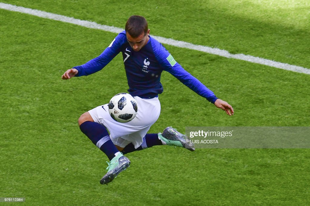 TOPSHOT - France's forward Antoine Griezmann controls the ball during the Russia 2018 World Cup Group C football match between France and Australia at the Kazan Arena in Kazan on June 16, 2018. (Photo by Luis Acosta / AFP) / RESTRICTED