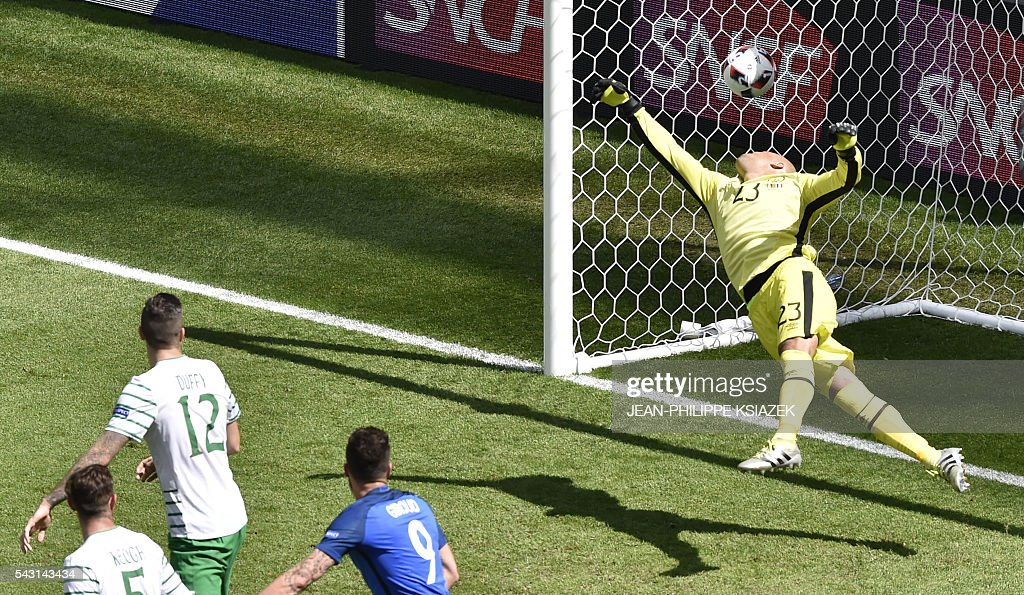 TOPSHOT - France's forward Antoine Griezmann (not pictured) heads the ball to score a goal past Ireland's goalkeeper Darren Randolph (R) during the Euro 2016 round of 16 football match between France and Republic of Ireland at the Parc Olympique Lyonnais stadium in Décines-Charpieu, near Lyon, on June 26, 2016. / AFP / JEAN