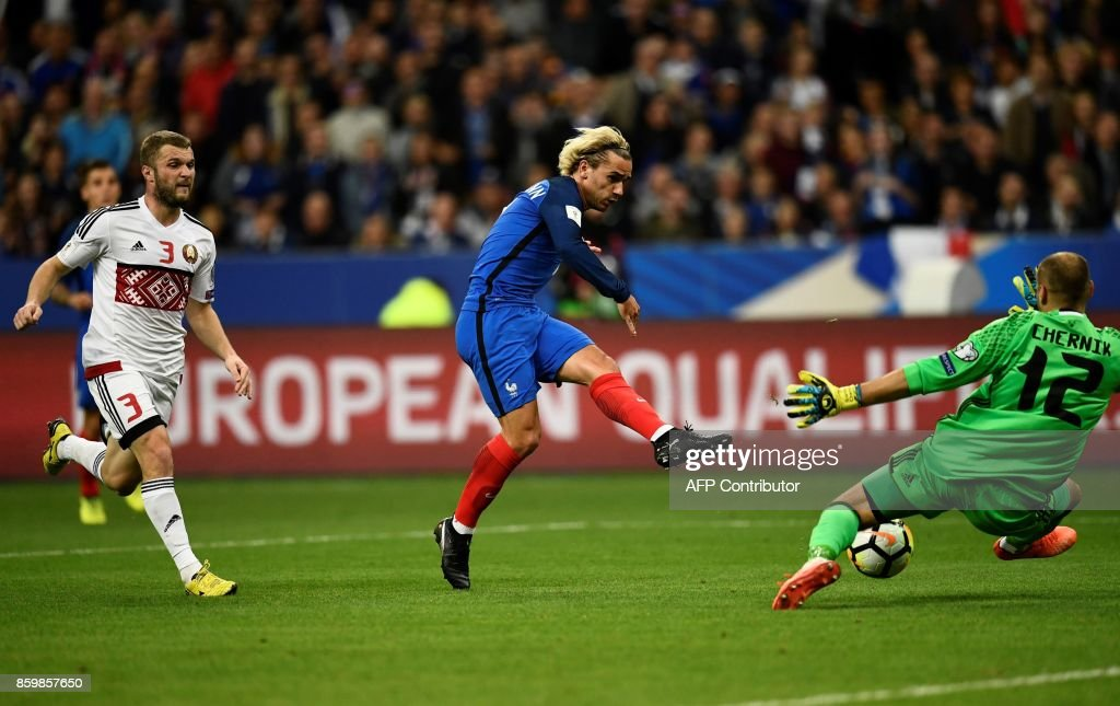 France's forward Antoine Griezmann (C) shoots and scores a goal during the FIFA World Cup 2018 qualification football match between France and Belarus at the Stade de France in Saint-Denis, north of Paris, on October 10, 2017. /