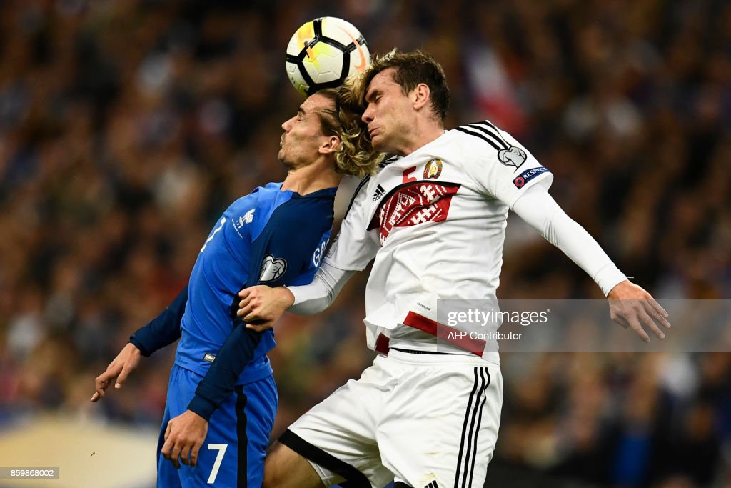 TOPSHOT - France's forward Antoine Griezmann (L) vies for the ball with Belarus' defender Maksim Volodko during the FIFA World Cup 2018 qualification football match between France and Belarus at the Stade de France in Saint-Denis, north of Paris, on October 10, 2017. /