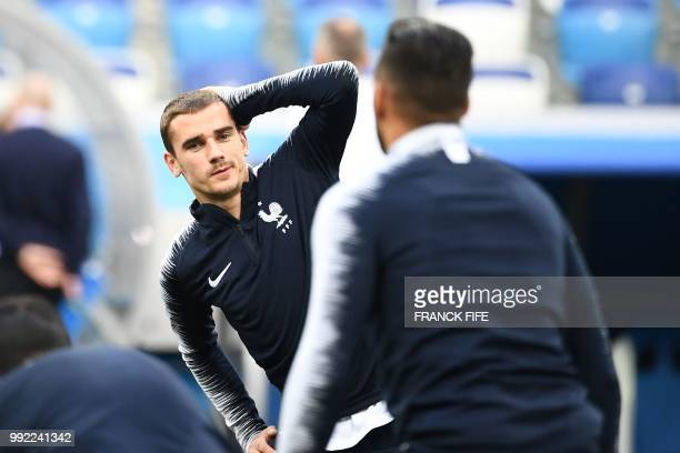 TOPSHOT France's forward Antoine Griezmann warms up as he takes part in a training session of France's national football team at the Nizhny Novgorod...