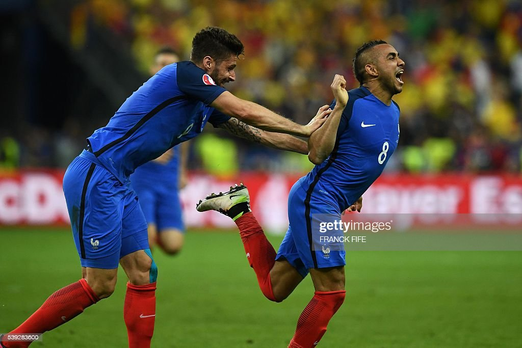 TOPSHOT - France's forward Dimitri Payet (R) celebrates with France's forward Olivier Giroud after scoring the 2-1 during the Euro 2016 group A football match between France and Romania at Stade de France, in Saint-Denis, north of Paris, on June 10, 2016. / AFP / FRANCK
