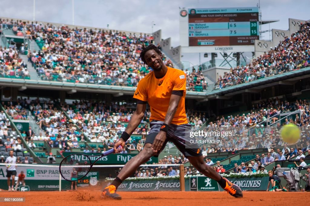 TOPSHOT - France's Gael Monfils fails to return the ball to France's Richard Gasquet during their tennis match at the Roland Garros 2017 French Open on June 4, 2017 in Paris. / AFP PHOTO / Olivier MORIN