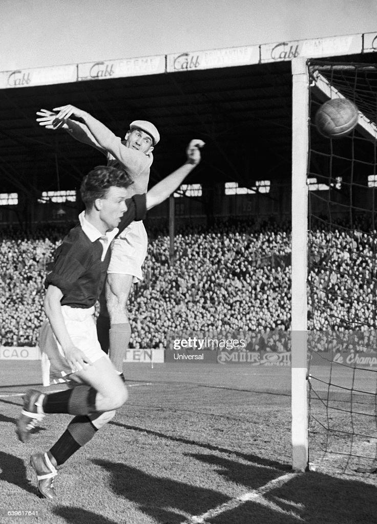 Soccer - France vs Northern Ireland 1952 : Photo d'actualité