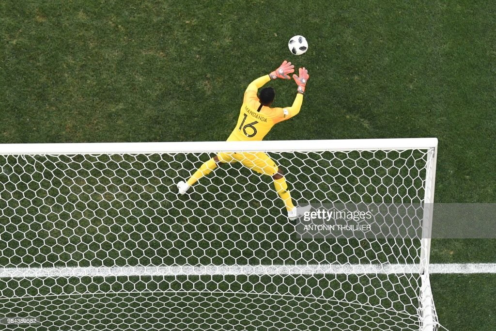 TOPSHOT - France's goalkeeper Steve Mandanda staves the ball during the Russia 2018 World Cup Group C football match between Denmark and France at the Luzhniki Stadium in Moscow on June 26, 2018. (Photo by Antonin THUILLIER / AFP) / RESTRICTED