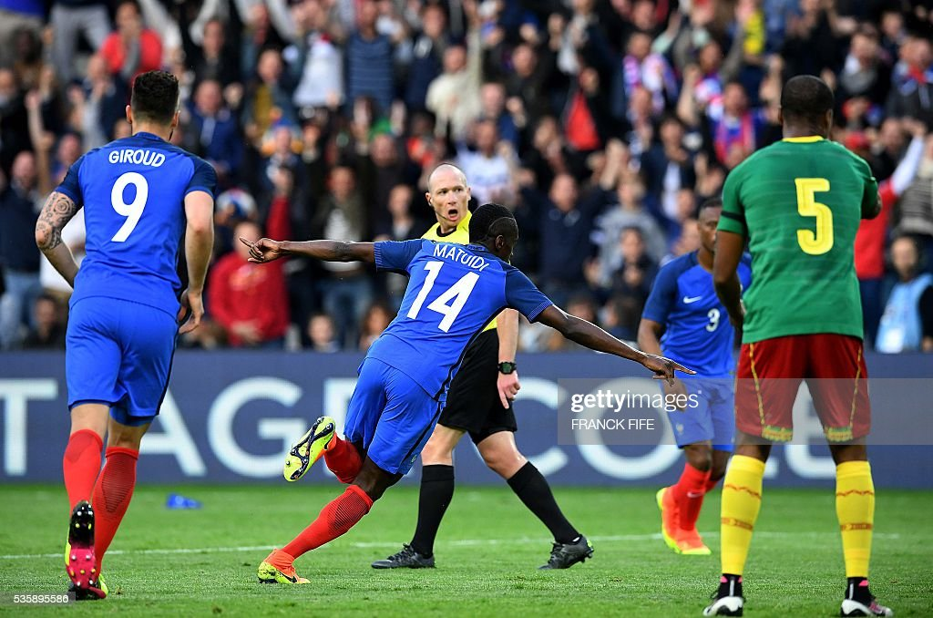 France's midfielder Blaise Matuidi (C) celebrates after scoring during International friendly football match between France and Cameroon at the Beaujoire stadium, in Nantes, western France, on May 30, 2016 as part of the French team's preparation for the upcoming Euro 2016 European football championships. / AFP / FRANCK