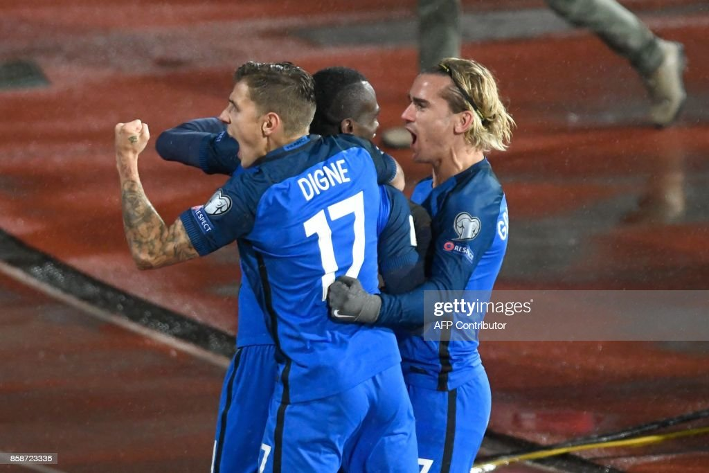 TOPSHOT - France's midfielder Blaise Matuidi (C) celebrates with teammates Antoine Griezmann and Lucas Digne after scoring during the FIFA World Cup 2018 qualifying football match between Bulgaria and France at The Vasil Levski Stadium in Sofia on October 7, 2017. / AFP PHOTO / Nikolay DOYCHINOV