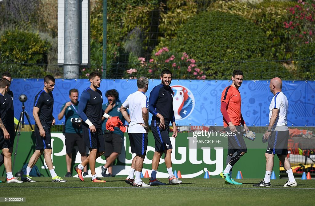 France's midfielder Morgan Schneiderlin (L), France's goalkeeper Benoit Costil, France's forward Andre-Pierre Gignac and France's goalkeeper Hugo Lloris attend a training session in the southern French city of Marseille on July 6, 2016 on the eve of their Euro 2016 Semi-Final match against Germany. France coach Didier Deschamps has called on Les Bleus to go on the attack to end a 58-year wait to beat Germany in a major tournament and book a spot in the Euro 2016 final. / AFP / FRANCK