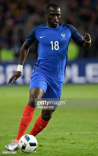 France's midfielder Moussa Sissoko controls the ball during the friendly football match between France and Cameroon at the Beaujoire Stadium in...